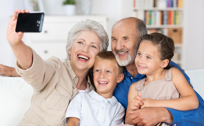 Online oder Handyshop: So finden Senioren das richtige Smartphone